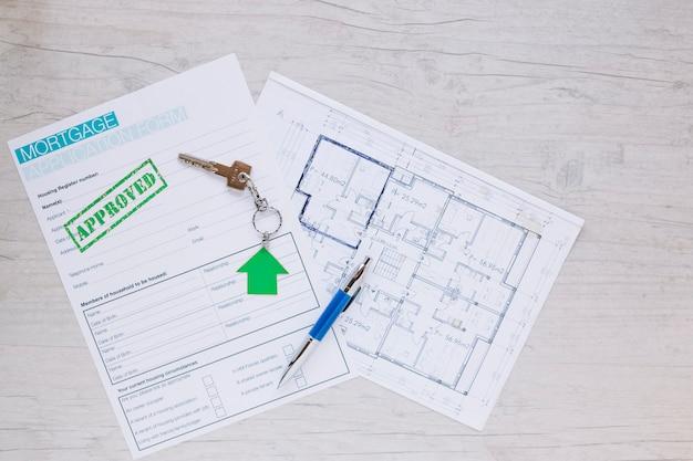 Futuro modelo de casa y formulario de hipoteca