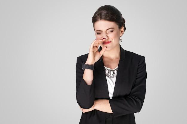 Fuu mal olor infeliz mujer de negocios ojos cerrados