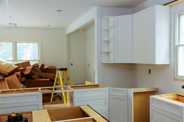 Gabinetes de cocina a medida en varias etapas de instalación.