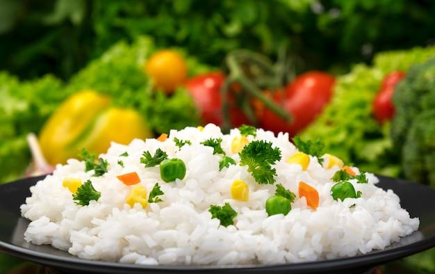Gachas de arroz cocidas, servidas con hierbas y verduras