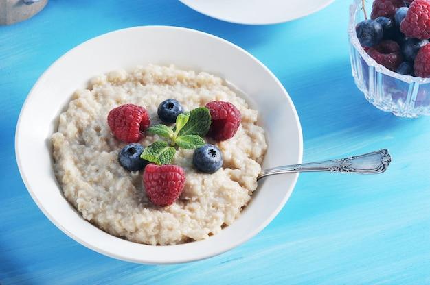 Gachas de avena de desayuno en un azul