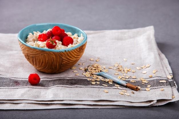 Gachas de avena con frambuesa fresca. desayuno saludable de verano.