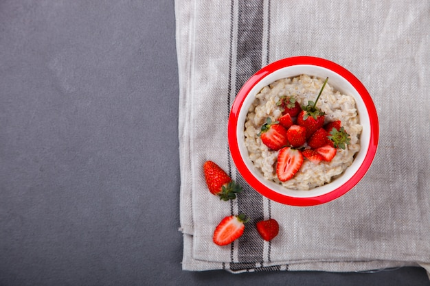 Gachas de avena con fresas frescas. desayuno saludable de verano.