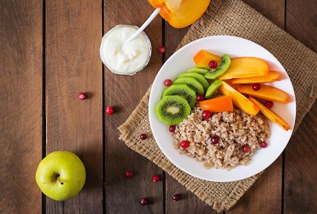 Gachas de avena con fruta fresca y arándanos. desayuno saludable. nutrición apropiada. vista superior