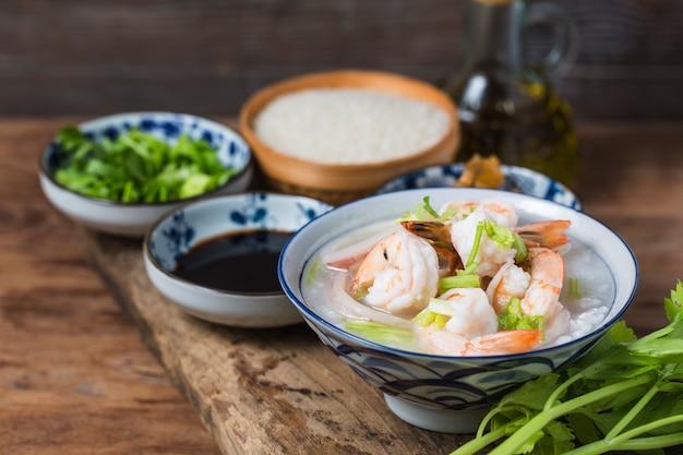 Gachas nutritivas y deliciosas de mariscos, gachas de arroz con gambas y vieiras