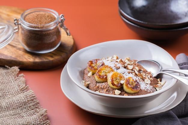 Gachas de teff con cobertura de plátano para el desayuno. grano fino antiguo popular en la cocina de eritrea y etiopía