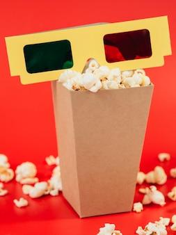 Gafas 3d de primer plano con caja de palomitas de maíz