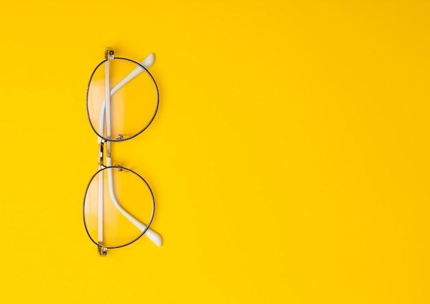 Gafas aisladas sobre fondo amarillo con copyspace.