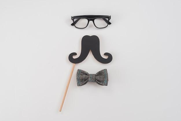 Gafas con bigote de papel y pajarita.