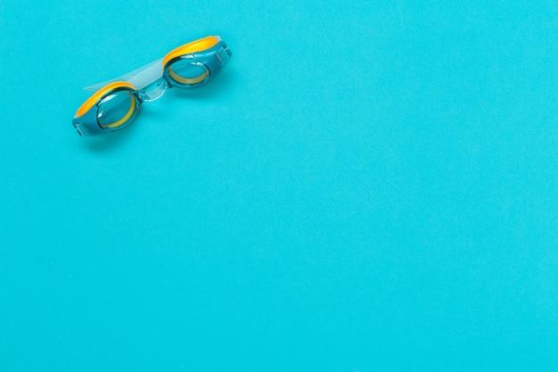 Gafas de buceo aisladas sobre fondo de color azul