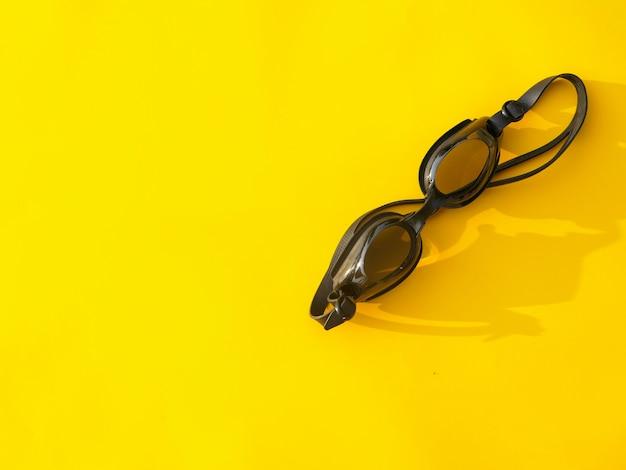 Gafas de buceo sobre fondo amarillo de verano