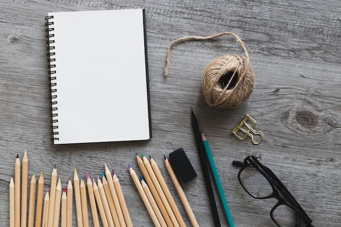 Gafas cerca de herramientas de dibujo