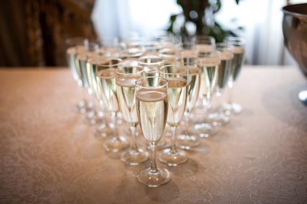 Gafas con champán en la mesa