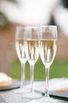 Gafas con champán de pie sobre la mesa