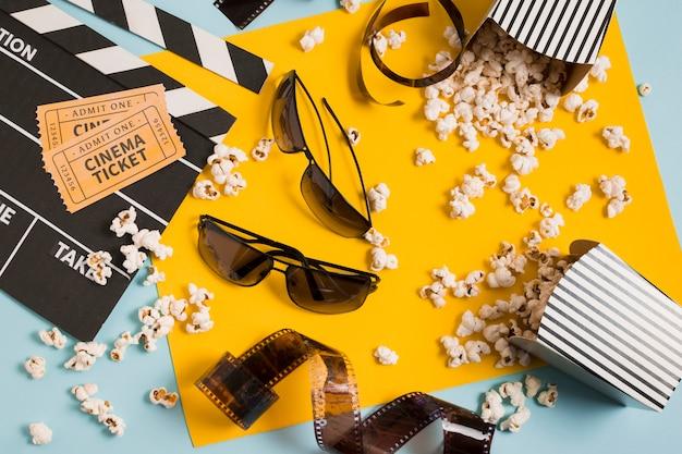 Gafas de cine y palomitas de maíz