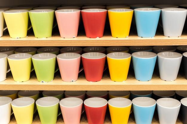 Gafas de colores en los estantes de la tienda. ups de todos los colores del arcoiris en el mostrador de la tienda