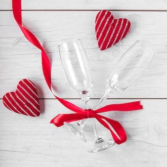 Gafas y corazones tejidos