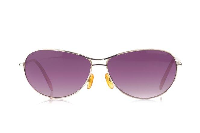 Gafas de sol. color púrpura aislado sobre fondo blanco