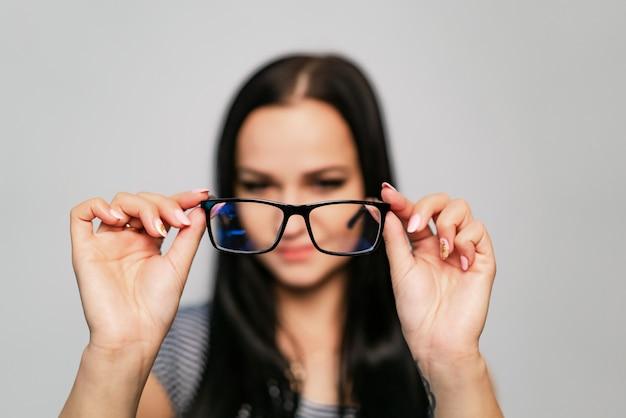 Gafas elegantes con montura negra y lentes transparentes.