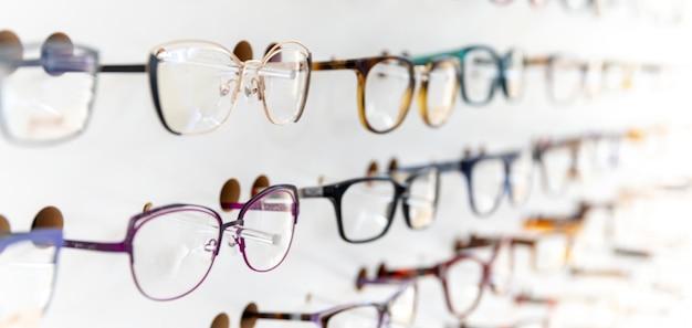 Gafas en un escaparate de cirugía ocular y comercio. copia espacio
