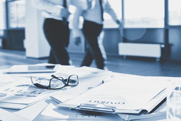 Gafas en un escritorio de oficina con papeles