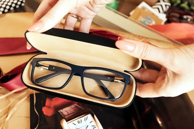 Gafas en estuche, óptica elegante, endecha plana, vintage, tienda de óptica.