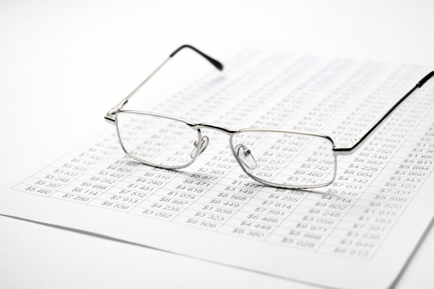 Gafas en el gráfico de finanzas sobre el escritorio.