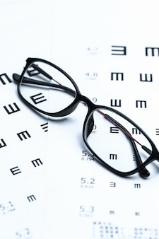 Gafas y gráfico de ojos sobre fondo blanco