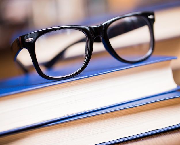 Gafas y un libro