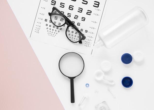 Gafas y objetos ópticos sobre fondo blanco.