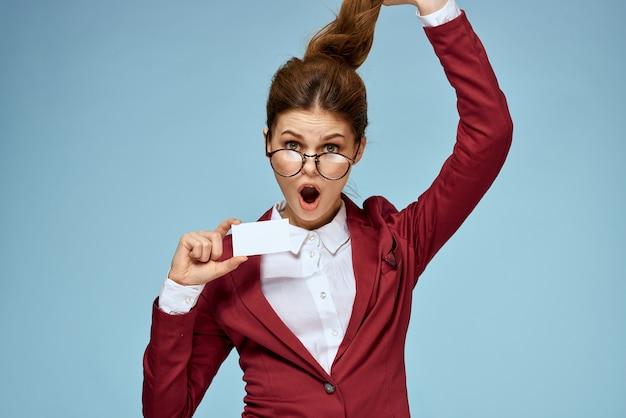Gafas oficiales de mujer de negocios chaqueta roja tarjeta