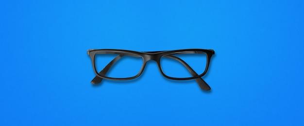 Gafas de ojo negro aisladas en azul