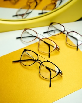 Gafas ópticas sobre la mesa