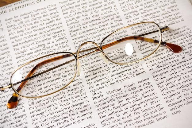 Gafas en un periódico