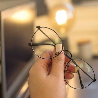 Gafas de protección ocular para trabajar en una computadora.