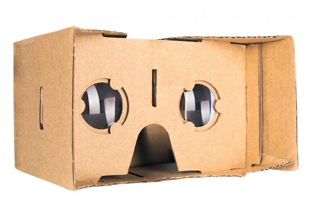 Gafas de realidad virtual de cartón aisladas en blanco