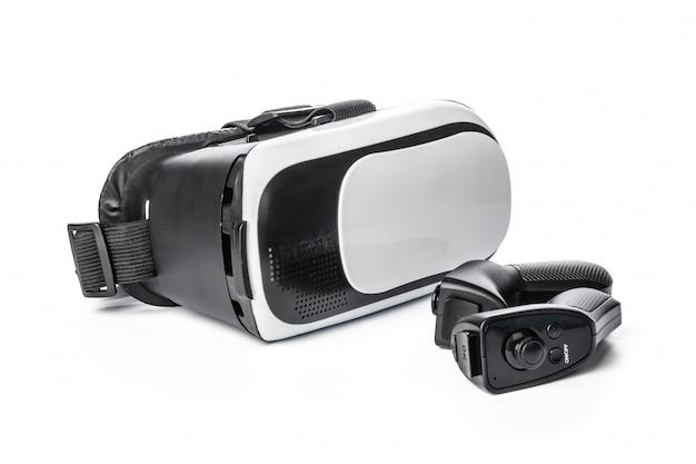 Gafas de realidad virtual y game pad aislados.