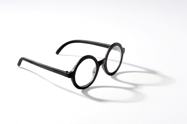 Gafas redondas con sombra sobre fondo blanco.