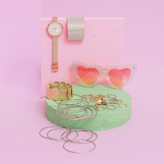 Gafas retro. elegante reloj de pulsera, brazalete y cosmética. concepto de moda lady glam