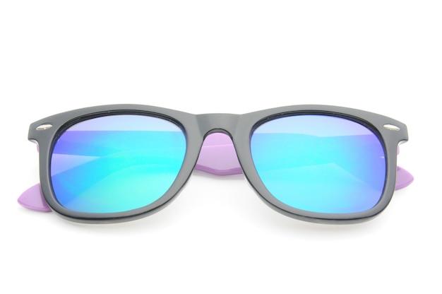 Gafas de sol elegantes en gafas de color púrpura oscuro sobre un blanco aislado