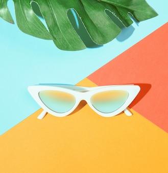 Gafas de sol de moda al estilo minimalista.