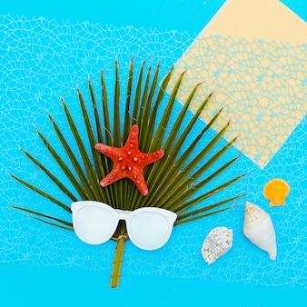 Gafas de sol de moda y fondo de mar de palmera arte minimalista
