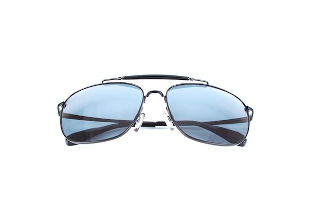 Gafas de sol negras de lujo hermosas aisladas en blanco