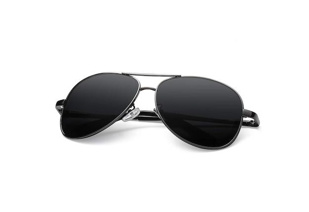 Gafas de sol negras sobre superficie blanca