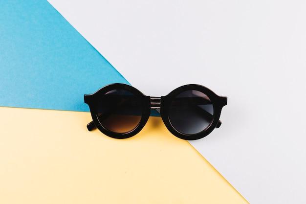 Gafas de sol redondas en colores de fondo