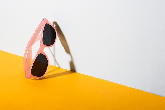 Gafas de sol retro con montura de plástico.