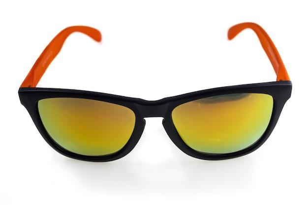Gafas de sol sobre fondo blanco.