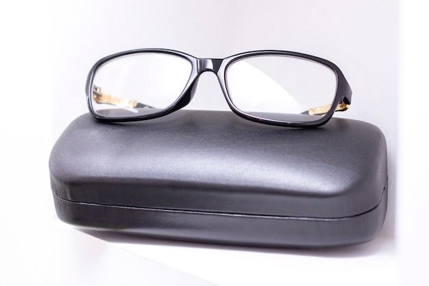 Gafas, tienda de vidrios ópticos, varias gafas en ópticas.