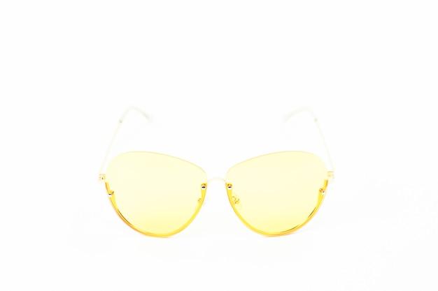 Gafas vintage amarillas aisladas en blanco