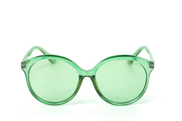 Gafas vintage verdes aisladas en blanco